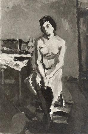 Femme brune assise, mains et jambes croisés
