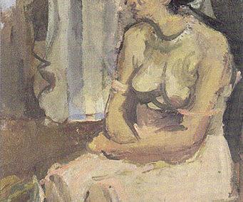 Femme assise les bras croisés