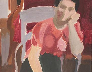 Femme accoudée au fauteuil gris