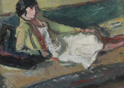 Femme allongée dans un intérieur