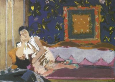 Jeune femme au canapé